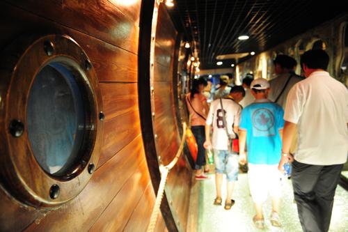 穿过船舱通道,就来到海底隧道最大的展厅,其右侧是海底世界